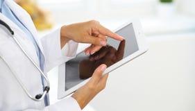 Docteur de femme à l'aide de la tablette tout en se tenant directement dans l'hôpital images libres de droits