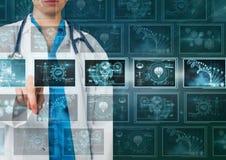 Docteur de femme agissant l'un sur l'autre avec les interfaces médicales image stock