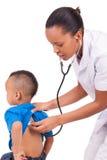 Docteur de femme d'Afro-américain avec l'enfant Image stock