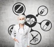 Docteur de femme dans un masque et des icônes médicales Images stock