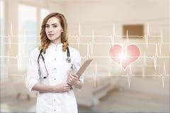 Docteur de femme dans une salle avec le cardiogramme Photo stock