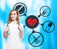 Docteur de femme et icônes médicales sur le bleu Image stock