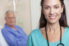 Docteur de femme et patient mâle aîné dans le bâti d'hôpital Photos stock