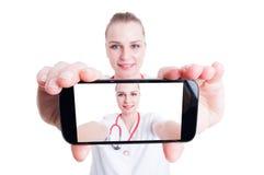 Docteur de femme prenant un selfie Photographie stock libre de droits