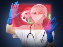 Docteur de femme regardant sur l'écran virtuel avec des globules sanguins rendu 3d Image stock