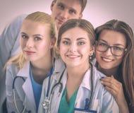 Docteur de femme se tenant avec le dossier à l'hôpital photographie stock