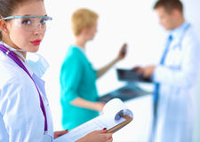 Docteur de femme se tenant avec le dossier à l'hôpital Image stock