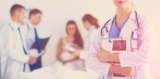 Docteur de femme se tenant avec le stéthoscope à l'hôpital photos stock