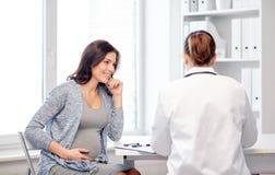 Docteur de gynécologue et femme enceinte à l'hôpital photographie stock libre de droits
