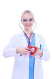 Docteur de jeune femme tenant un coeur rouge, d'isolement sur le fond blanc Photographie stock libre de droits