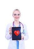 Docteur de jeune femme tenant un coeur rouge, d'isolement sur le fond blanc Photos libres de droits