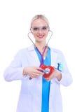 Docteur de jeune femme tenant un coeur rouge, d'isolement sur le fond blanc Photo libre de droits