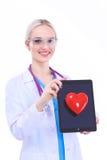Docteur de jeune femme tenant un coeur rouge, d'isolement sur le fond blanc Photos stock