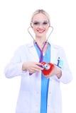 Docteur de jeune femme tenant un coeur rouge, d'isolement sur le fond blanc Docteur de femme Photos stock