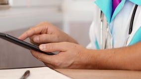 Docteur de médecin à l'aide d'une tablette numérique banque de vidéos