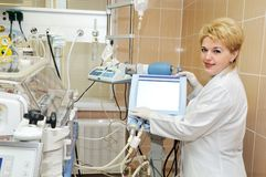 Docteur de médecin avec le matériel pour photographie stock