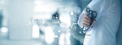 Docteur de médecine avec le réseau médical d'icônes photo libre de droits