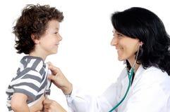 Docteur de Madame avec un enfant Photos stock