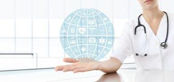 Docteur de main avec les icônes médicales Photographie stock libre de droits