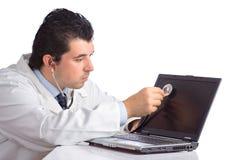 Docteur de PC examinant un ordinateur portable Image stock