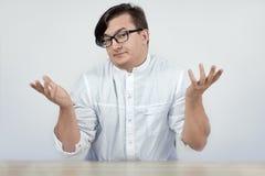 Docteur de port de jeune homme bel ou manteau blanc de scientis avec des mains de geste d'incr?dulit? et l'expression enthousiast photo stock