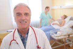 Docteur de portrait se tenant dans la chambre d'hôpital Photographie stock libre de droits