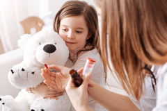 Docteur de Professioanl donnant des pilules à une petite fille images libres de droits