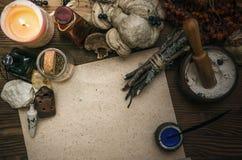 Docteur de sorcière shaman sorcellerie Table magique Médecine parallèle photos libres de droits