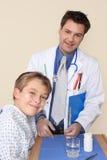 Docteur de sourire et patient heureux photos stock