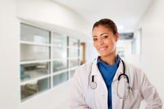 Docteur de sourire heureux dans l'hôpital Photographie stock