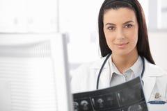 Docteur de sourire occupé avec le rayon X Image stock