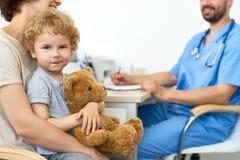 Docteur de visite mignon de petit enfant Photos libres de droits