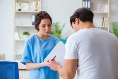 Docteur de visite patient pour le contrôle régulier annuel dans l'hôpital photos libres de droits