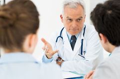 Docteur discutant avec des patients Photo stock