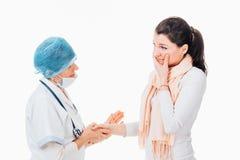 Docteur donnant des conseils au patient triste Photographie stock libre de droits