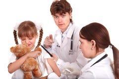 Docteur donnant l'injection à l'enfant dans le bras. photos stock