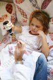 Docteur donnant le traitement à son petit patient photos stock