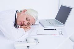 docteur dormant sur son bureau Images libres de droits