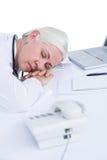 docteur dormant sur son bureau Photo libre de droits