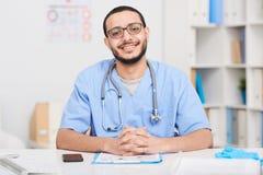 Docteur du Moyen-Orient gai Posing au bureau images libres de droits