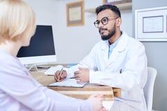 Docteur du Moyen-Orient Talking au patient photos libres de droits