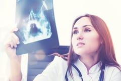 Docteur du rayon X au travail Photos stock