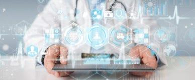 Docteur employant le rendu futuriste médical numérique de l'interface 3D Images libres de droits