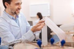 Docteur enthousiaste optimiste ne traçant aucun signe de la maladie Photographie stock libre de droits