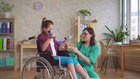 Docteur et enfant dans la th?rapie de r?adaptation de fauteuil roulant clips vidéos