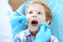 Docteur et enfant patient Garçon faisant examiner ses dents avec le concept de dentiste Medicine, de soins de santé et de stomato image libre de droits