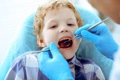 Docteur et enfant patient Garçon faisant examiner ses dents avec le concept de dentiste Medicine, de soins de santé et de stomato photo libre de droits