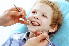 Docteur et enfant patient Garçon faisant examiner ses dents avec le concept de dentiste Medicine, de soins de santé et de stomato photos stock