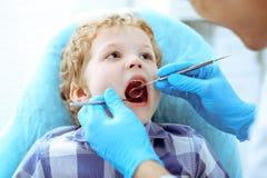 Docteur et enfant patient Garçon faisant examiner ses dents avec le concept de dentiste Medicine, de soins de santé et de stomato photos libres de droits