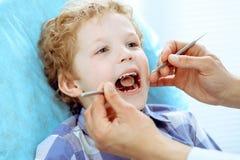 Docteur et enfant patient Garçon faisant examiner ses dents avec le concept de dentiste Medicine, de soins de santé et de stomato photo stock